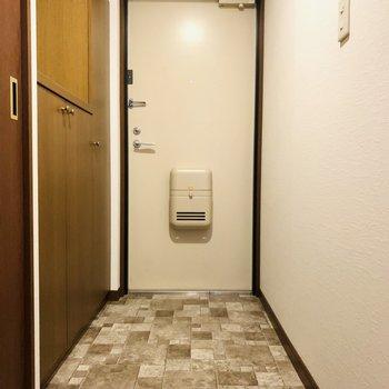 たたきの柄が印象的な玄関スペース。