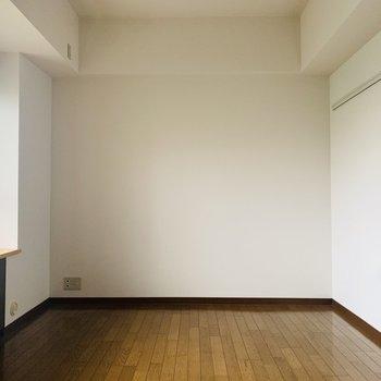 【洋7.5】大きなベッドも楽々置けてしまう広めの洋室。
