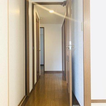 長い廊下にはユーティリティーと洋室、そしてたくさんの収納。