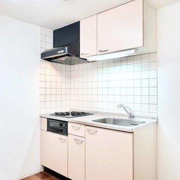 魚焼きグリルのついたキッチン。壁の正方形のタイルが可愛い◎(※写真は1階の反転間取り別部屋のものです)