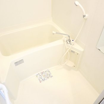 お風呂はシンプルですがとっても綺麗にされていたので、気持ち良く使えそうです。(※写真は1階の反転間取り別部屋のものです)