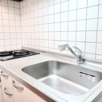 シンクが広く調理スペースもあるので、自炊もしっかりできますよ。(※写真は1階の反転間取り別部屋のものです)