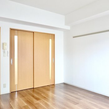 余裕のある家具配置ができるので、毎日を開放的な気分で明るく過ごせますね。(※写真は1階の反転間取り別部屋のものです)