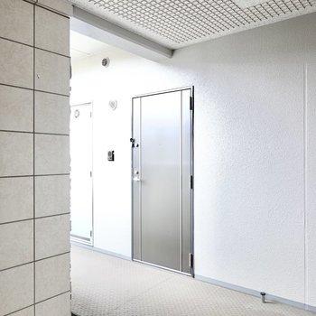玄関前。エントランスを抜けてすぐ目の前がお部屋です。