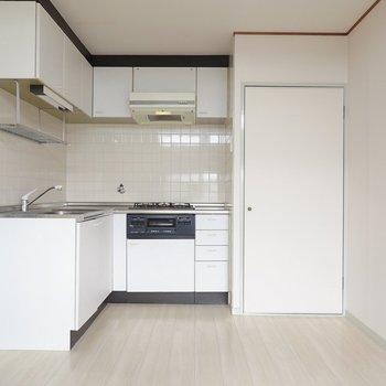 窓の対面側には使いやすいL字型の真っ白なキッチン。