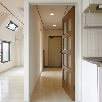 キッチン左手のドアから廊下へ。リビングの奥とも通じています。