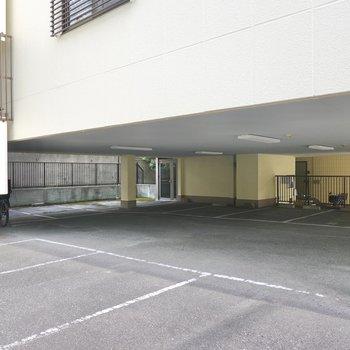 1階部分が駐車場。屋根ありとなしがあります。