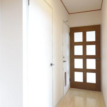 左から脱衣所、トイレ、リビングへのドア。