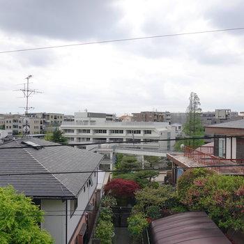 リビングの窓からは住宅街と学校が見えます。