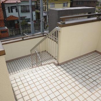 共用部には駐車場に直接降りる階段もありました。