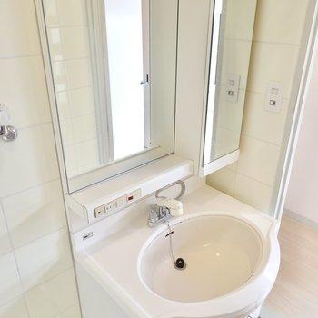 洗面台は鏡が大きく、コンセントもあるので使い勝手が良さそう。