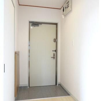 玄関は幅が広く、ゆったりと準備ができます。