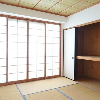 和室は6帖。壁一面の押入れ付き。