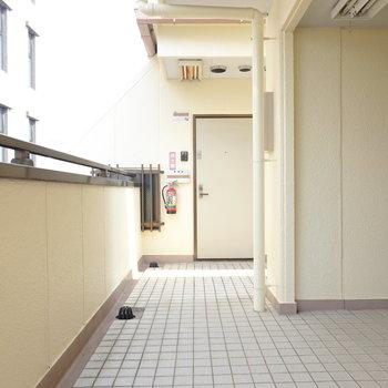 玄関前。お部屋は4階でエレベーターはありません。