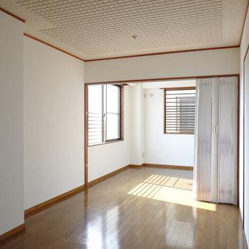 洋室は2つのお部屋がアコーディオンカーテンを通してひと繋がりになった空間。