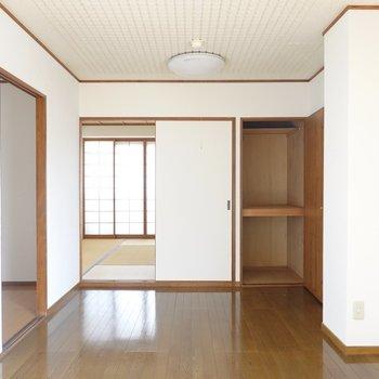 こちらは6.1帖の空間。和室への引き戸の横には押入れ。
