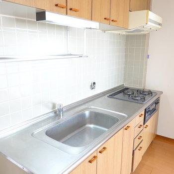 グリル付きの3口コンロに水切りラック付き。シンクや調理スペースも広々。冷蔵庫置場は右側に。