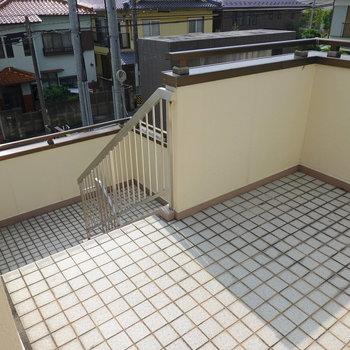 共用部には駐車場に直接降りる階段もあります。