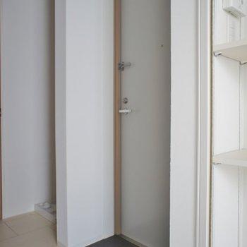 玄関はフラット。※写真は、2階の同タイプのもの
