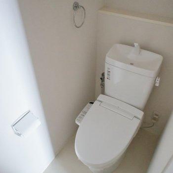 ウォシュレット付きのトイレ。※写真は、2階の同タイプのもの
