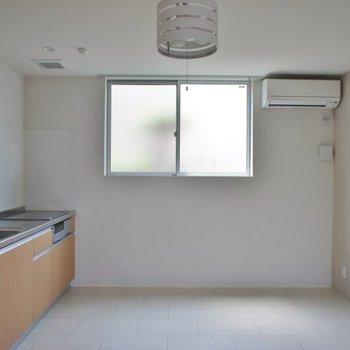 ホワイトな清潔感のある室内。※写真は、2階の同タイプのもの
