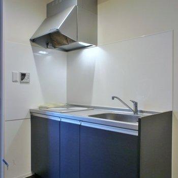 ネイビーのキッチンは。※写真は、1階の同タイプのもの
