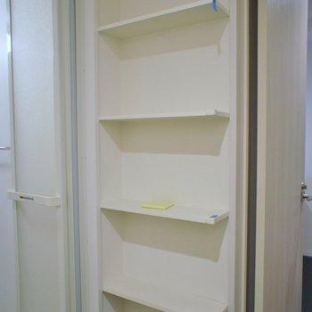 洗面所にも棚が。※写真は、1階の同タイプのもの