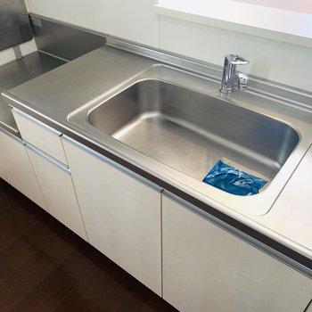 広めの作業台で右側はお皿の水切スペースとして。