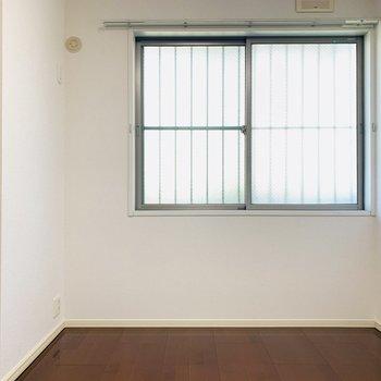 【洋5.4】玄関横の洋室。こちらも窓がついています。