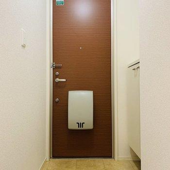 玄関スペース。ブラウンの扉が素敵。