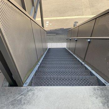 アクセスは階段のみ。少々狭めです。