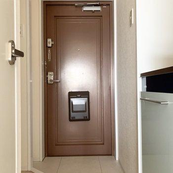 さて、最後は玄関を。 (※写真は3階の反転間取り別部屋のものです)