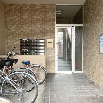 オートロック付のエントランス。自転車置場もこちらの空間に。