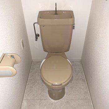 トイレはお風呂のお隣。シンプルなタイプです。 (※写真は3階の反転間取り別部屋のものです)