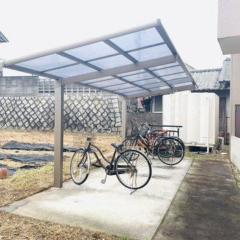 屋根の付いた自転車置き場。