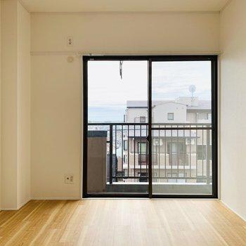 【ベランダ側洋室】黒の掃き出し窓が素敵です!