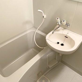 浴室は2点ユニットタイプ。