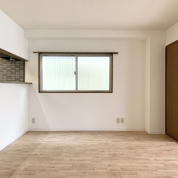 角部屋なので2面採光で腰窓もあります。