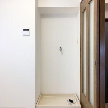 ドアの脇には洗濯機置場。脱衣スペース広々です。