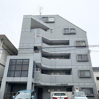 6階建ての鉄骨マンションです。
