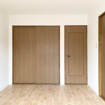 【洋5.9】こちらもドアがたくさん。