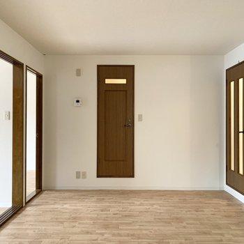 おトイレはLDKのちょっと浮かんだようなこちらのドア。