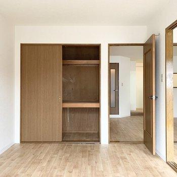 【洋5.9】押入とLDK・洋室へそれぞれ繋がるドアです。