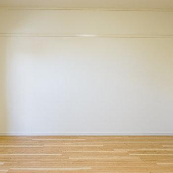 洋室は約8帖。一通りの家具がしっかり置けそうな広さ。