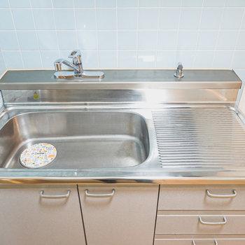 コンロは持ち込み式。調理スペースはコンパクトなのでシンクボードがあると便利。