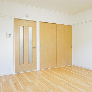 収納もしっかりあります。ドアの先はキッチン。