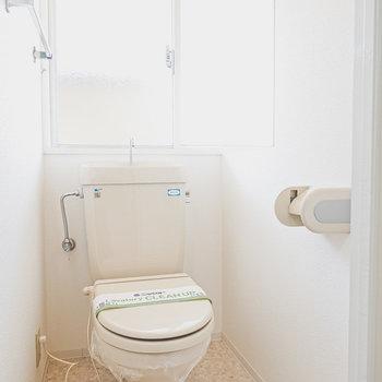 大きな窓のあるトイレ。明るくて換気もしやすいですね!