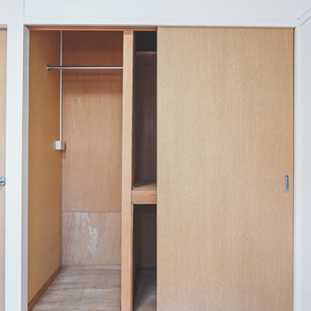 収納の中は、左側がハンガーパイプのクローゼット。