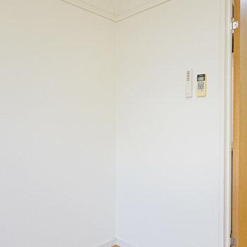 冷蔵庫置き場は洋室内に。お部屋にいながら飲み物がすぐ手に取れますね!