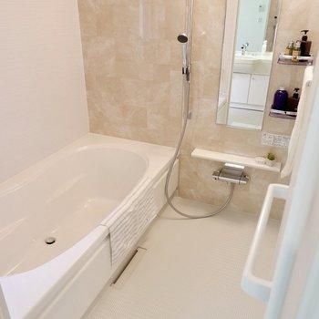 フルリノベーションされた浴室。楕円形の浴槽は奥行きがゆったりしていて、しっかり足を伸ばせそう。